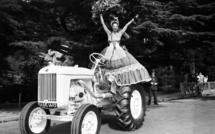 Le 23 juin 1949, Joséphine Baker pose lors du concours d'élégance automobile au Bois de Boulogne. AFP